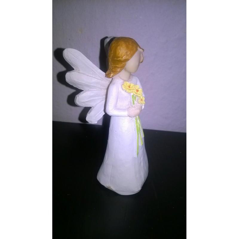 Figurka andílka s květinami